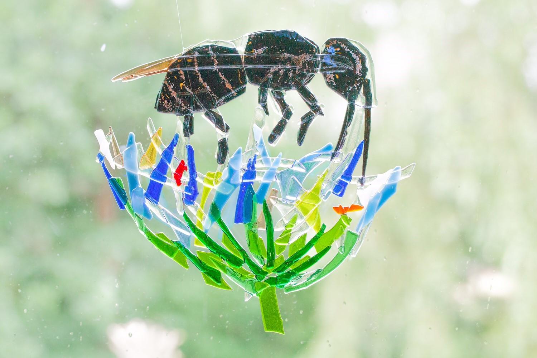 Metselbij inspireert glaskunstenaar