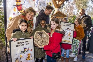 4 maart overhandiging bijenhotel bijencampagne